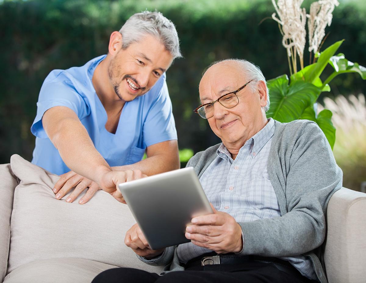 Seniorenassistenten und Berufsbetreuer der Akademie HELP unterstützen